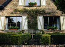 Alloggi la facciata e faccia il giardinaggio, Bruges, Belgio Immagini Stock Libere da Diritti