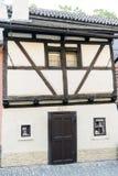 Alloggi la facciata nel vicolo dorato al palazzo in Città Vecchia o Fotografie Stock