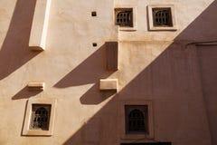 Alloggi la facciata nella vecchia città di Marrakesh Immagine Stock