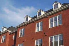 Alloggi la facciata rossa del muro di mattoni dell'abbaino residenziale del lucernario del tetto Fotografie Stock Libere da Diritti
