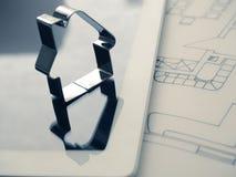 Alloggi la forma con una chiave sul piano della costruzione Immagine Stock Libera da Diritti