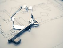 Alloggi la forma con una chiave sul piano della costruzione Fotografia Stock