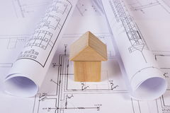 Alloggi la forma dei blocchi e dei rotoli di legno di diagrammi sul disegno di costruzione Fotografia Stock