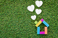 Alloggi la forma di modello e di carta del cuore su struttura dell'erba jpg Fotografia Stock Libera da Diritti
