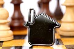Alloggi la forma sulla scacchiera - concetto del bene immobile Immagine Stock