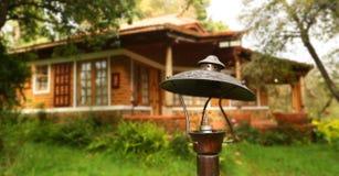 Alloggi la luce esteriore, vista dell'esterno di una casa contemporanea di lusso Fotografia Stock