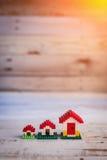 Alloggi la mini casa del giocattolo di concetto su di legno bianco Fotografia Stock Libera da Diritti