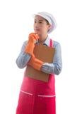Alloggi la moglie che presenta il gesto di mano domestico di servizi di pulizia per l'annuncio Immagini Stock