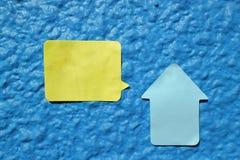 Alloggi la nota a forma di dell'autoadesivo sulla parete blu Fotografia Stock Libera da Diritti