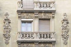 Alloggi la parete con la finestra e la modellatura a Barcellona Immagine Stock Libera da Diritti