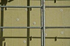 Alloggi la parete con la lana di roccia e l'impalcatura del materiale di isolamento Fotografia Stock
