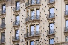 Alloggi la parete con le finestre e la modellatura a Barcellona Fotografia Stock Libera da Diritti