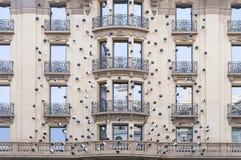Alloggi la parete con le finestre e la modellatura a Barcellona Fotografia Stock