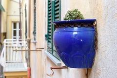 Alloggi la parete decorata con il vaso ceramico blu nella città di Riomaggiore, Italia Fotografia Stock Libera da Diritti