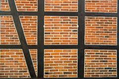 Alloggi la parete dei mattoni rossi e della superficie strutturata di legno Immagine Stock Libera da Diritti