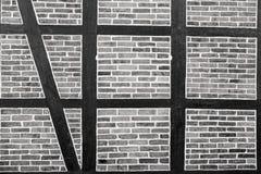 Alloggi la parete dei mattoni rossi e della superficie strutturata di legno Fotografie Stock