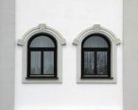 Alloggi la parte anteriore con due finestre incurvate, retro stile Immagine Stock