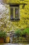 Alloggi la parte anteriore con i fiori nel vecchio villaggio alla notte, Francia Immagine Stock