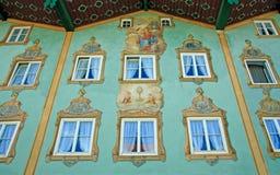 Alloggi la parte anteriore con pittura murala, cultura bavarese tradizionale Fotografie Stock