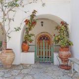 Alloggi la porta ed i vasi da fiori in un'isola Mediterranea Fotografia Stock Libera da Diritti