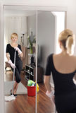 Alloggi la pulizia, donna sta passando lo straccio sul pavimento di legno Fotografie Stock Libere da Diritti