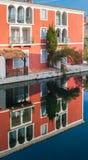 Alloggi la riflessione nell'acqua di porto Grimaud Fotografia Stock Libera da Diritti