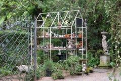 Alloggi la struttura della capriata del metallo di forma nel giardino inglese Immagine Stock Libera da Diritti