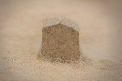 Alloggi la struttura (domestica) fatta in sabbia della spiaggia - foto di concetto. Immagine Stock