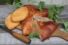 Alloggi la torta di carne e una patata e torte Fotografia Stock Libera da Diritti