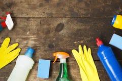 Alloggi la varietà dei prodotti di pulizia su fondo di legno, vista superiore Da sopra, disposizione piana Immagine Stock Libera da Diritti