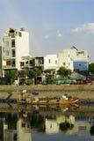 Alloggi la vista dalla riva del fiume alla città Sai Gon di Ho Chi Minh Fotografia Stock Libera da Diritti