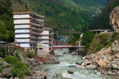 Alloggi la vista sopra il fiume di Parvati della montagna in Manikaran Himachal Pradesh, India del nord Immagine Stock