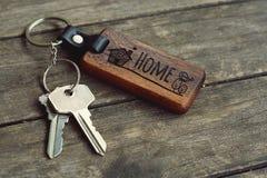 Alloggi le chiavi con la chiusura domestica di legno sulla tavola di legno, lo spazio della copia, concetto della proprietà fotografia stock libera da diritti
