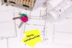 Alloggi le chiavi in costruzione e domestiche ed i diagrammi o i modelli elettrici, sviluppanti il concetto domestico Fotografia Stock Libera da Diritti