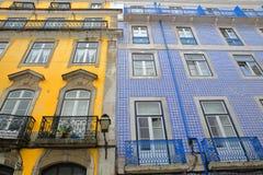 Alloggi le facciate decorate con le mattonelle variopinte e con i balconi dell'inferriata del ferro battuto nella vicinanza di Al Immagine Stock