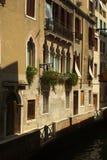 Alloggi le facciate a Venezia fotografia stock