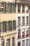 Alloggi le parti anteriori con le finestre e gli otturatori alla vecchia città di Berna, Svizzera Fotografia Stock