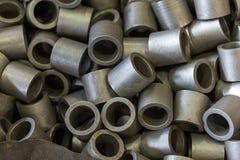 Alloggi le parti d'acciaio nel negozio della pianta di ingegneria in grande qua Fotografia Stock Libera da Diritti