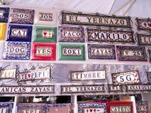 Alloggi le placche di nome sul mercato a Nerja sull'estremità est di Costa del Sol in Spagna Fotografia Stock