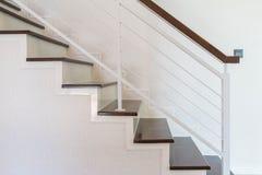 Alloggi le scale fatte di legno osservato dal lato Fotografia Stock