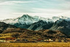 Alloggi lo stabilimento alla base delle montagne sotto il cielo nuvoloso Immagini Stock Libere da Diritti