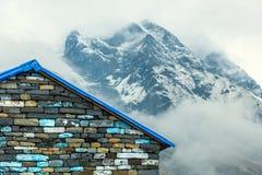 Alloggi nel campo di annapurna contro lo sfondo delle montagne Fotografia Stock