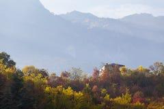 Alloggi nell'autunno le foreste della montagna Fotografia Stock Libera da Diritti