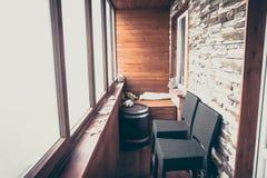 Alloggi nello stile nautico d'annata decorato con le plance e la pietra di legno con le grandi sedie del contatore della barra di Fotografie Stock