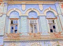 Alloggi vecchio vuoto rovinato nessun finestre rotte proprietario Fotografie Stock