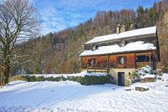 Alloggi vicino alla miniera di sale di Bex nell'inverno Svizzera Fotografia Stock