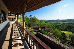 Alloggi vicino alla pianta dell'albero dell'Indonesia dell'isola di Bali del terrazzo del riso immagini stock