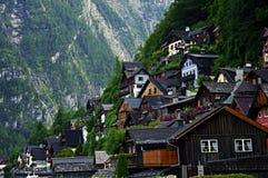 Alloggia il pendio di collina in Hallstatt in Austria Fotografia Stock