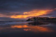 Alloggia la riflessione sulla spiaggia di Sopelana al tramonto Immagini Stock Libere da Diritti