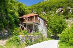 Alloggia la vista del villaggio Delchevo, montagne della Bulgaria, Balcani Fotografia Stock